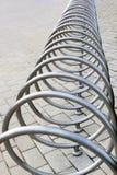 Metallspiral av den tomma cykelställningen Royaltyfria Bilder