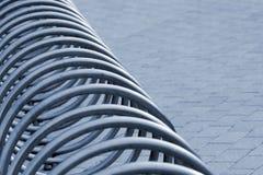 Metallspiral av den tomma cykelställningen Royaltyfri Bild