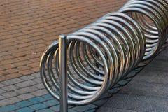 Metallspiral av den tomma cykelställningen Arkivfoto