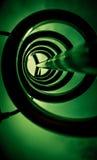 Metallspirale im Grün Stockfoto
