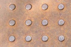 Metallspisgallerbakgrund med den präglade modellen Arkivbilder