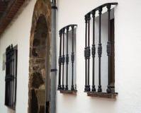 Metallstänger på fönstren Arkivfoton