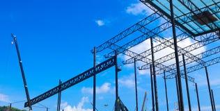 Metallstålor och aluminiumramstruktur för fabriks- och lagerkonstruktionsbransch royaltyfri foto