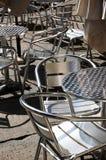 Metallstühle und -tabellen Stockbild