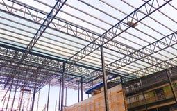 Metallst?lor och aluminiumramstruktur f?r fabriks- och lagerkonstruktionsbransch royaltyfri fotografi