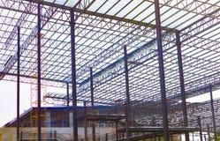 Metallst?lor och aluminiumramstruktur f?r fabriks- och lagerkonstruktionsbransch royaltyfria bilder