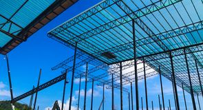 Metallst?lor och aluminiumramstruktur f?r fabriks- och lagerkonstruktionsbransch arkivbilder