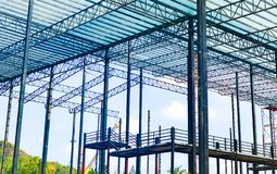 Metallst?lor och aluminiumramstruktur f?r fabriks- och lagerkonstruktionsbransch fotografering för bildbyråer
