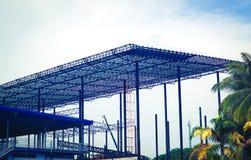 Metallst?lor och aluminiumramstruktur f?r fabriks- och lagerkonstruktionsbransch arkivfoto