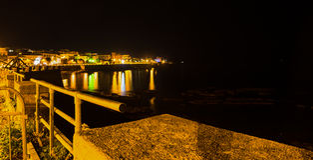 Metallstaket i Alghero shoreline på natten Arkivbilder