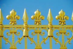 Metallstaket med blommaprydnader Royaltyfria Bilder