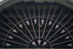 Metallstaket som dekoreras med skarpa pilar in i den runda formen, brun stålpil Royaltyfria Foton