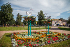 Metallstaty av storkar i Uglich Ryssland arkivfoto