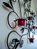 Metallstearinljush?llare med bladbrytningar royaltyfri bild