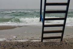 Metallstege med trämoment till havet Royaltyfri Bild