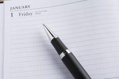 Metallstift auf einem Kalender Lizenzfreies Stockfoto