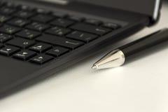 Metallstift, schwarze Tastatur Stockfoto