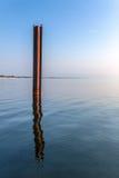 Metallstrahl, der aus dem Wasser heraus haftet Stockfotografie