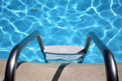 Metallstrichleiter im Pool Stockbild