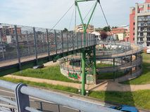 Metallstruktur, cirkulering-gångare gångbana Italien royaltyfria foton