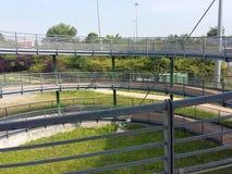 Metallstruktur, cirkulering-gångare gångbana Italien fotografering för bildbyråer