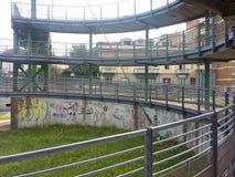 Metallstruktur, cirkulering-gångare gångbana Italien arkivbild