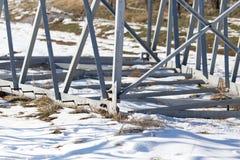Metallstruktur i det insnöat vintern Arkivbild