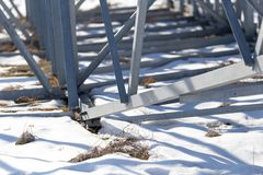 Metallstruktur i det insnöat vintern Fotografering för Bildbyråer