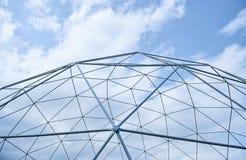 Metallstruktur mot den blåa himlen Arkivbilder