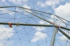Metallstruktur mot den blåa himlen Royaltyfria Foton