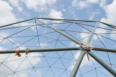 Metallstruktur mot den blåa himlen Arkivfoton