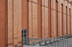 Metallstruktur- och tegelstenväggen Royaltyfria Bilder