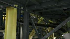 Metallstrukturer och industriell utrustning i produktionkorridor, i att bryta växten arkivfilmer
