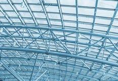 Metallstrukturer på taket av bakgrunden för shoppingkomplex Fotografering för Bildbyråer
