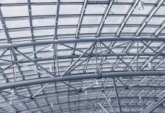 Metallstrukturer på taket av bakgrunden för shoppingkomplex Royaltyfria Foton