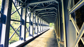 Metallstrukturkorridor i berg fotografering för bildbyråer