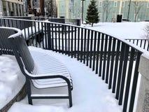 Metallstuhl mit Schnee Stockfoto