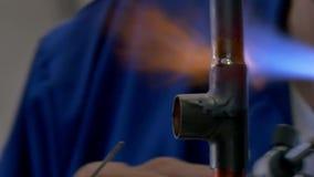 Metallsvetsning i fabrik arkivfilmer