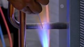 Metallsvetsning i fabrik stock video