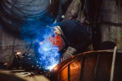 Metallsvetsning med gnistor och rök Fotografering för Bildbyråer