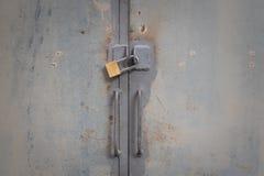 Metalltür zugeschlossen Stockfoto