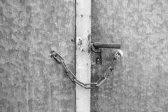 Metalltür zugeschlossen mit Kette lizenzfreie stockfotografie