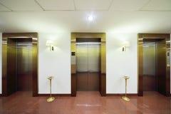 Metalltüren zu den Aufzügen Stockfoto