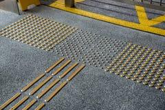 Metalltastpflasterung für Blinde in der Großstadt Lizenzfreies Stockbild