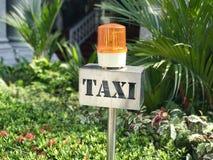Metalltaxistandzeichen mit orange drehendem Licht Lizenzfreie Stockbilder