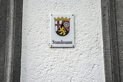 Metalltecknet monterade för den ordStandesamt för väggen det tyska emblemet för inskrivningskontoret översättningen av den tyska  Royaltyfria Bilder