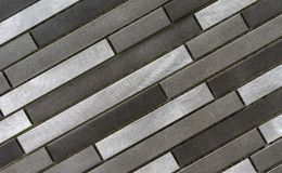 Metalltegelplattamosaik Bakgrund och textur av metallmosaiktegelplattor Metalltegelplattamosaik i en modern inre royaltyfri foto