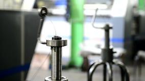 Metalltråd på snurrmaskinen på fabriken inomhus stock video