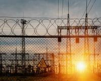 Metalltrådstaket och ett tecken av säkerhet i den elektriska avdelningskontoret Royaltyfria Foton