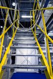 Metalltrappuppgång, industriell abstrakt inre Arkivbild